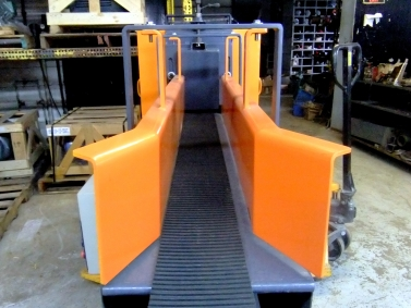 The hopper sides and material gate are easily adjusted to the dimensions of the material being processed.